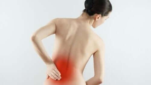 Omurga kireçlenmesi yaşayan kadın