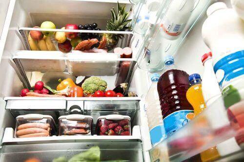 yemekle dolu buzdolabı