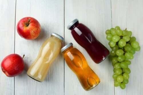 elma üzüm meyve suyu şişeleri