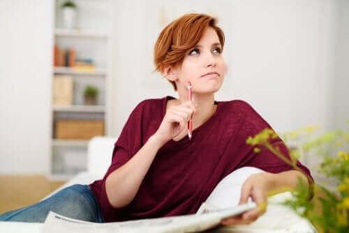 Hamile unutkanlığı olan, bir şeyleri hatırlamaya çalışan bir kadın.