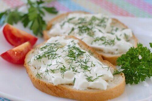 iki dilim ekmek vegan peynir
