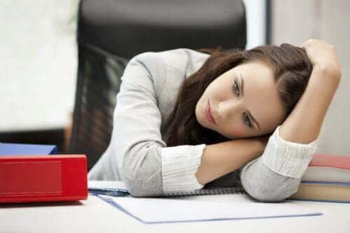 masa ofis üzgün kadın