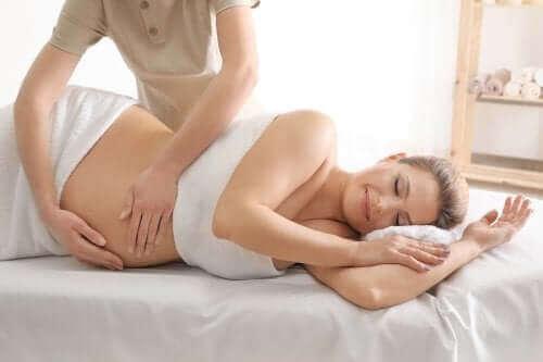 Doğum kasılmaları ihtimaline karşı masaj yaptıran kadın