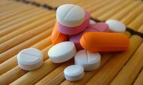 Masanın üstünde farklı renklerde ilaçlar