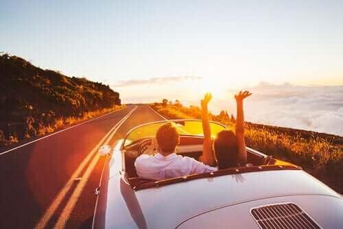 araba ile yolda bir çift
