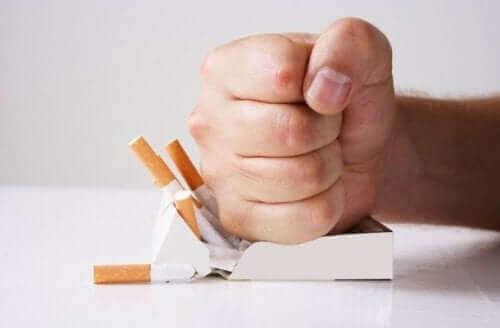 Sigarayı yumruğuyla ezen adam