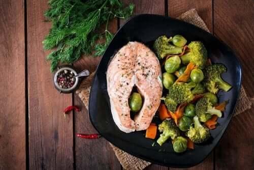 Somon, brokoli ve Brüksel lahanası ile yapılmış bir tabak yemek.