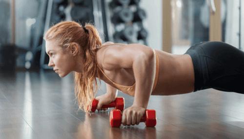dambılla plank yapan kadın