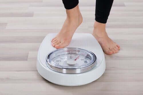 Tartıda kilosunu ölçen kadın