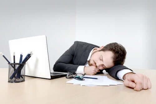 ofiste uyuyan adam
