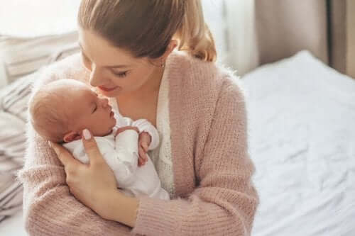 yeni doğmuş bebek anne