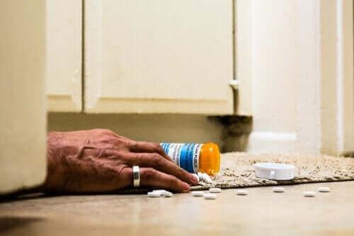 Reçeteli opioidler kullanarak aşırı doz alan kişi