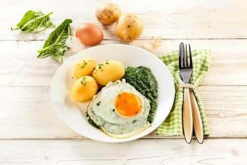 Patates ve yumurta ile yapılmış bir tabak yemek.