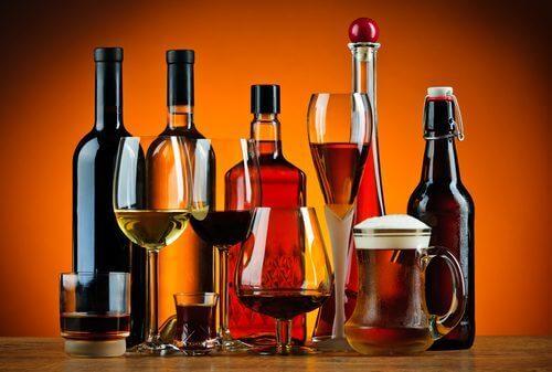 Birtakım alkolik içeceklerin bir fotoğrafı.