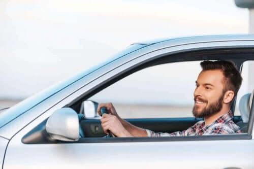 Araba süren bir adam.