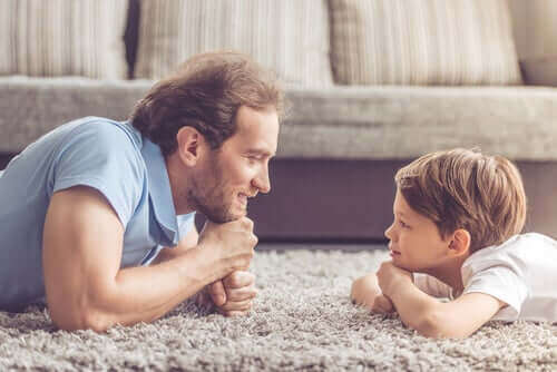 birbirlerine bakan baba ve çocuk