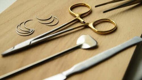 Bazı cerrahi ekipmanları gösteren bir fotoğraf.