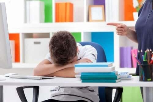 Uyku bozukluğu olduğu için derste uyuyan çocuk.