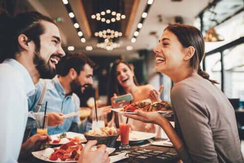dışarıda yemek yemeye çıkan insanlar
