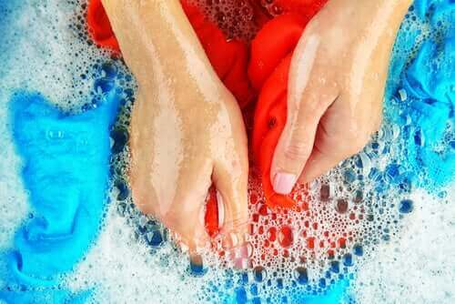Elde çamaşır yıkayan kadın