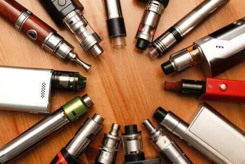 farklı modellerde elektronik sigaralar