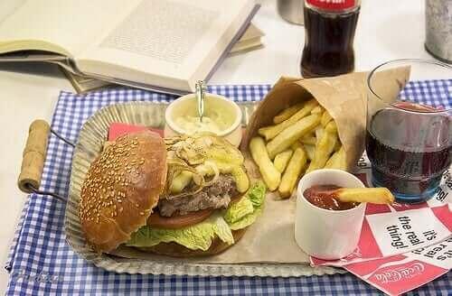 sağlıksız yiyecekler ve hamburger