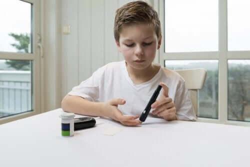 parmağına insülin enjekte eden çocuk