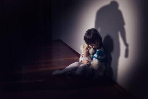 Bir gölgeden korkan bir kız çocuğu.