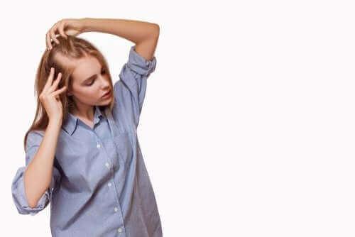 Saç kaybı yaşayan bir kadın.