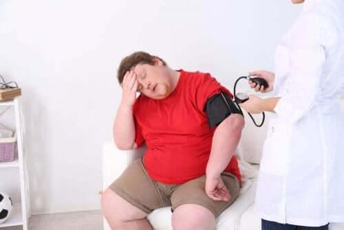 sıcaktan fenalaşmış obez adam