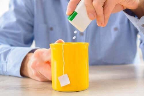 içeceğine tatlandırıcı ekleyen insan ve diyet gazlı içecekler