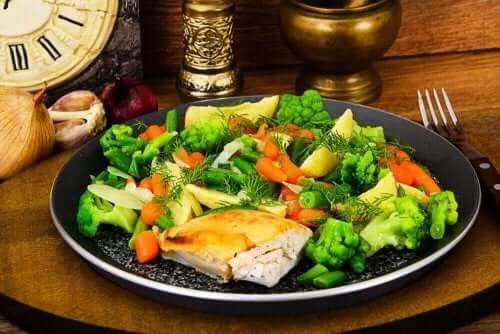 Tavuk ve buharda pişirilmiş sebzeler.