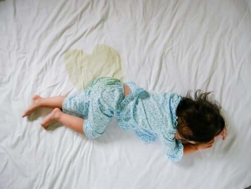 gece yatağını ıslatmış çocuk