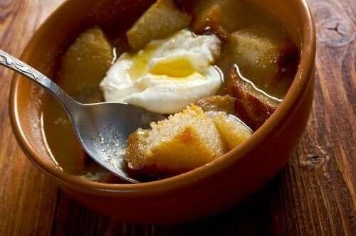 Yumurtalı ekmekli çorba