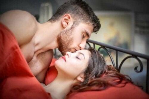 Yatakta yatan bir adam ve bir kadın.