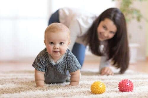 Bebeğinizi Emeklemeye Teşvik Etmenin İpuçları