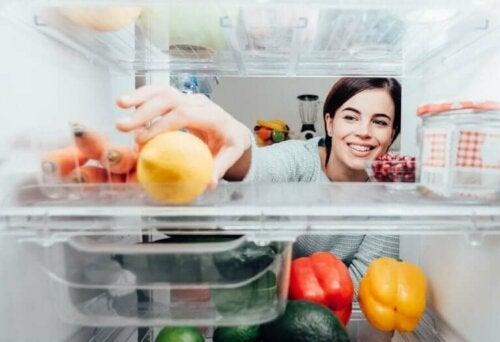 Buzdolabının içine uzanan bir kadın.