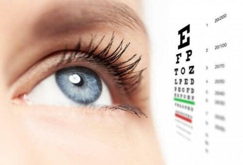 Bir kişinin gözü ve bir görme testi.