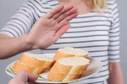 Kendisine önerilen ekmeği reddeden bir kadın.