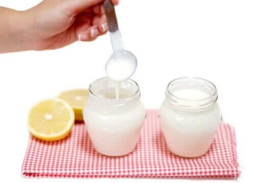 İki kavanoz krema ve yarım limon.