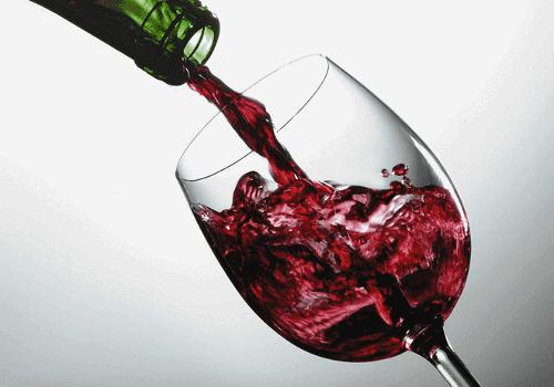 Bir kadehe doldurulmakta olan şarap.