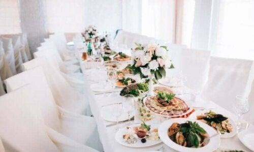 Bir düğün için hazırlanan yemek masası.