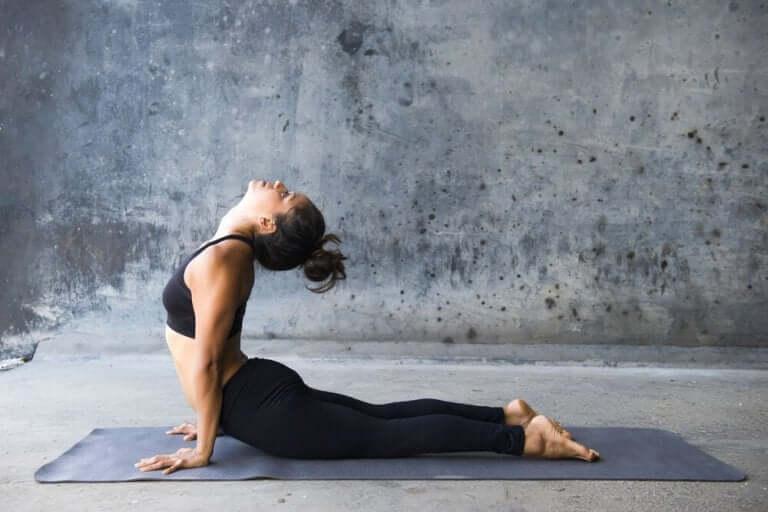 yoga pozları ile karın kaslarınızı çalıştırın