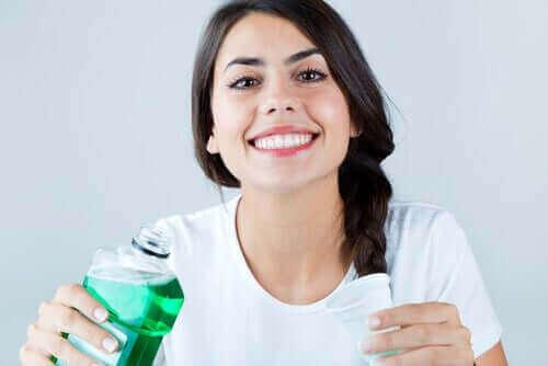 ağız yıkama suyu kap kadın