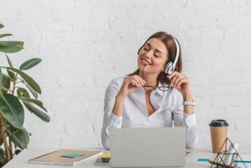 evden çalışması gerekirken müzikle dikkati dağılmış kadın