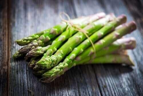 a bunch of asparagus urine odor