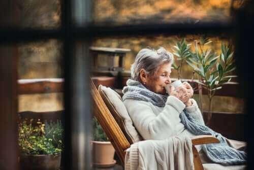 Çay içen yaşlı kadın