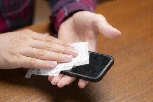 Koronavirüs: Cep Telefonunuzu Nasıl Temizlersiniz