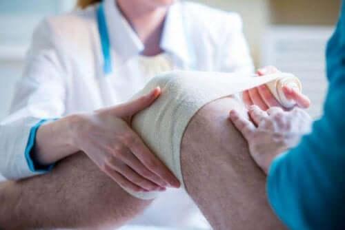 Hasarlı bölgeye sargı ve bandaj uygulama