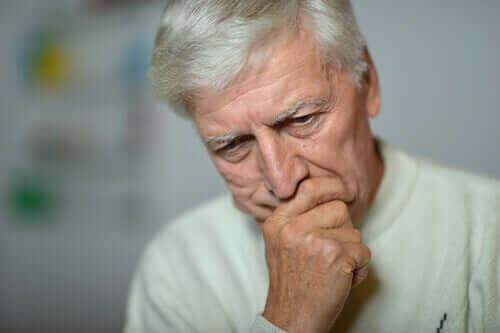 düşüncelere dalmış olan endişeli yaşlı adam